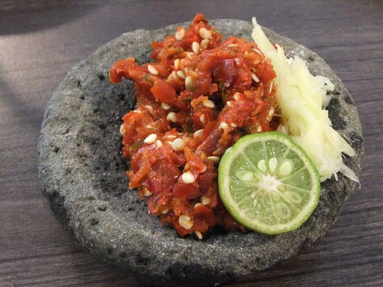 sambal terasi met knoflook en limoen